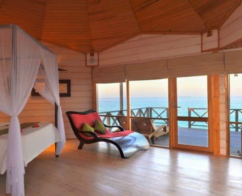 Komandoo Island Resort & Spa Jacuzzi Water Villa Wohnraum